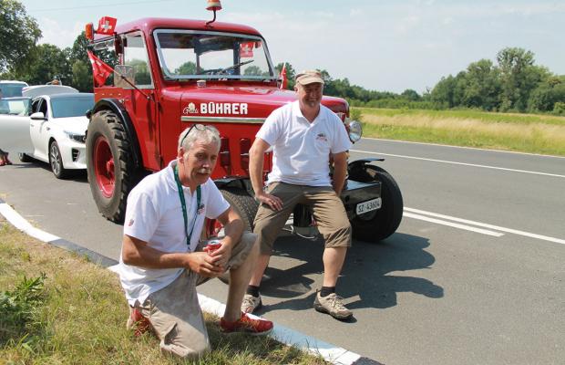 Швейцарские болельщики приехали в Калининград на тракторе