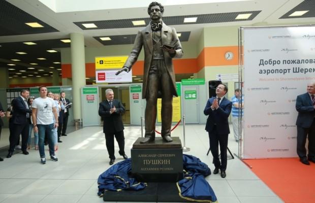 Владимир Мединский открыл памятник Пушкину в аэропорту Шереметьево