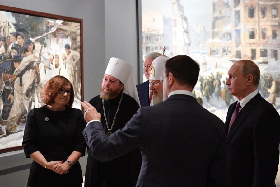 Президент России посетил выставку «Память поколений: Великая Отечественная война в изобразительном искусстве»