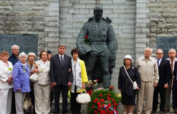 В Эстонии прошла церемония возложения цветов к памятнику Воину-Освободителю