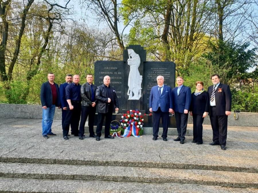 Мемориальная церемония возложения цветов к памятнику советским военнопленным на кладбище «Maschsee»