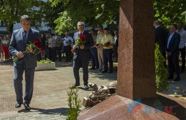Памятник погибшим в Донбассе журналистам открыли в Луганске