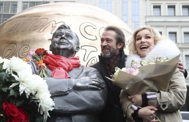 Скульптурную композицию, посвященную Олегу Табакову, открыли в Москве
