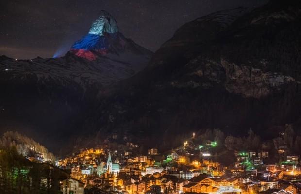 Вершину горы Маттерхорн в Альпах подсветили цветами российского триколора