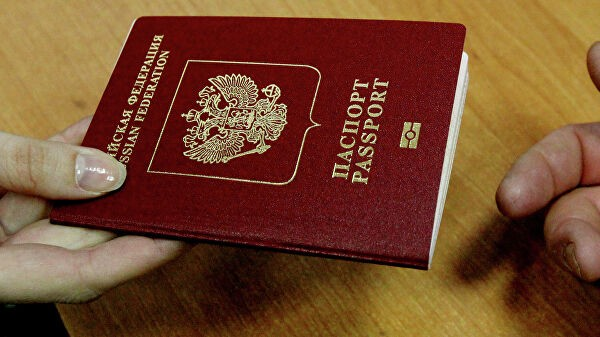 Сенатор предложил штрафовать россиян, не вставших на учет за рубежом