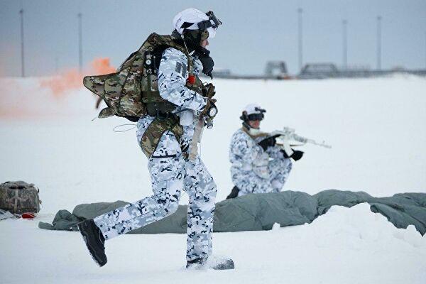 Российские десантники первыми в мире прыгнули в Арктике с высоты 10 км
