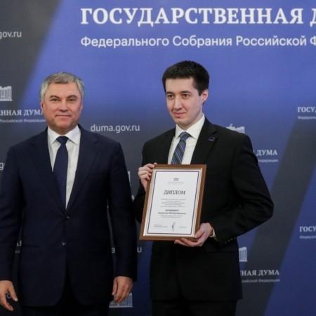 Дипломы и памятные подарки вручили в Госдуме журналистам парламентского пула