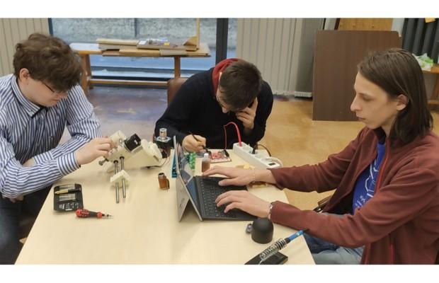 Команда «Биопринтер» создала прототип 3D-принтера, который позволит печатать биологические ткани и поможет эффективнее и быстрее проводить исследования в лабораториях, а в перспективе — печатать органы для трансплантаций. Разработка студентов прошла в финал конкурса «Start-up СПбГУ — 2021».