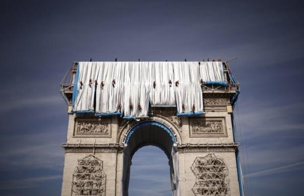 Знаменитую Триумфальную арку полностью задрапировали