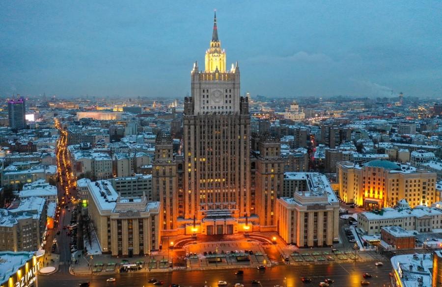 Россия высылает трех дипломатов за участие в незаконных акциях