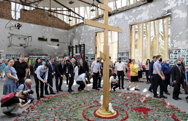 В Беслане тысячи людей пришли почтить память жертв теракта в школе №1
