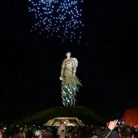 Над Ржевским мемориалом тысяча беспилотников соткала поразительные символы памяти о войне