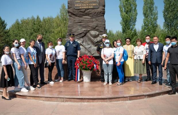 В столице Казахстана прошла торжественная церемония возложения цветов к памятнику генералу И.Панфилову